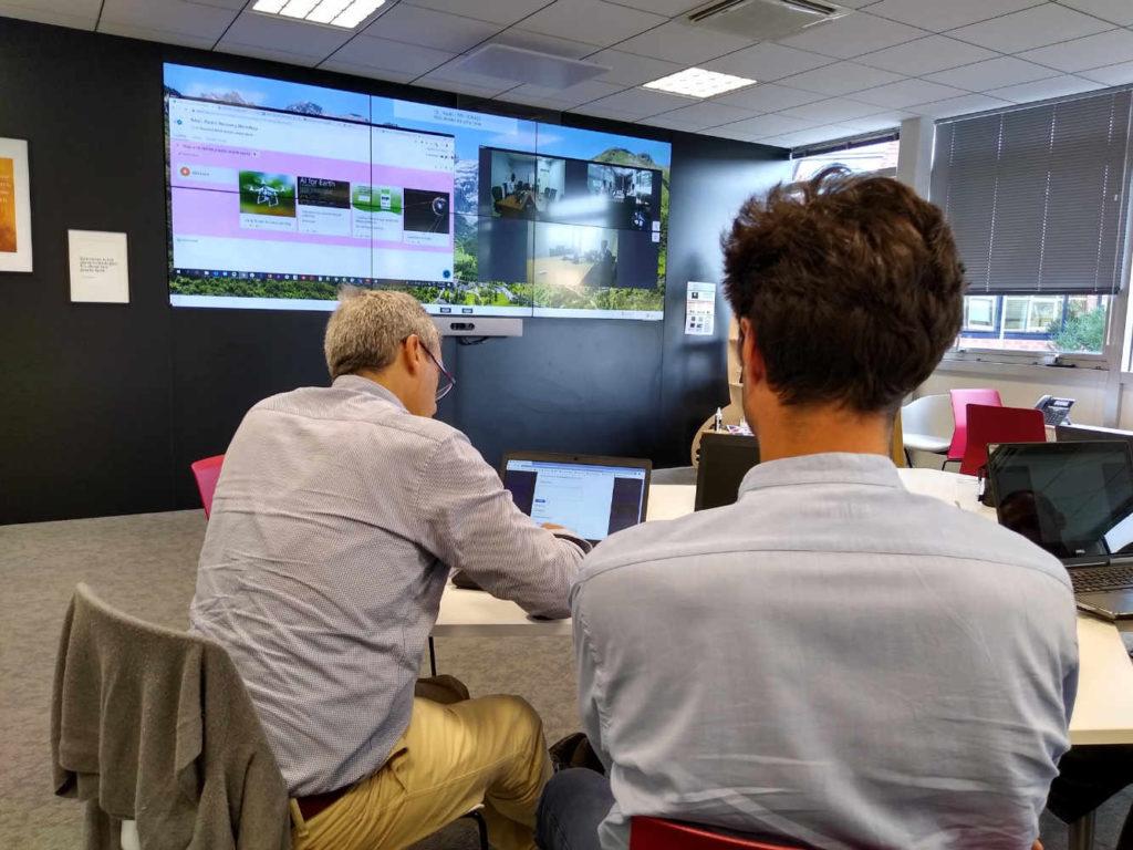 Un atelier multisalle multi-pays dans une magnifique salle collaborative chez un grand nom du secteur de l'énergie. Outils MS Teams & Stormz.